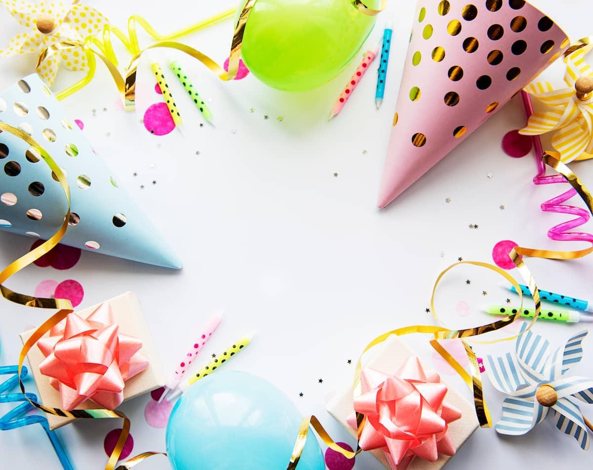 Deko für den Kindergeburtstag mit Luftballons, Konfetti und Luftschlangen