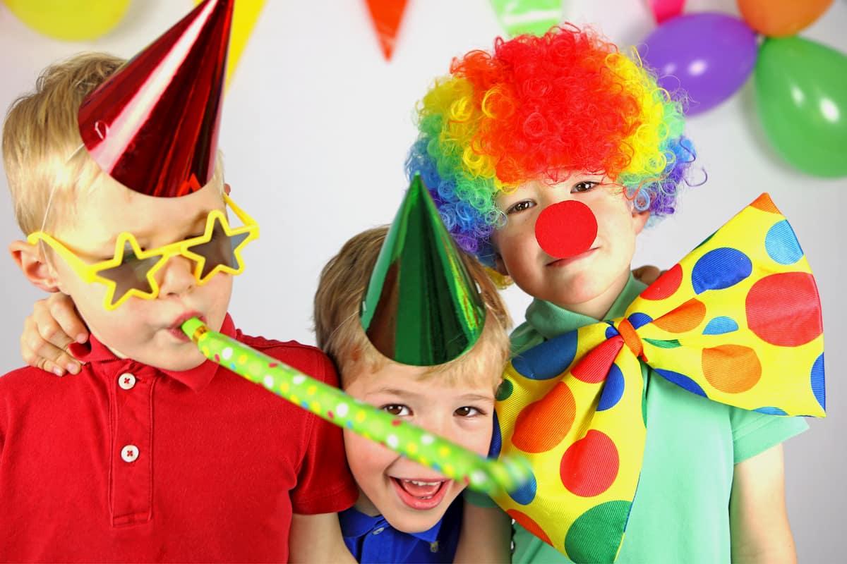 Verkleidete Kinder feiern Kindergeburtstag mit einer Mottoparty